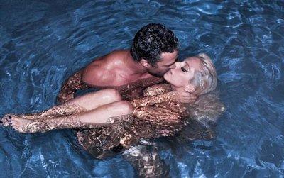 Lady gaga embrasse son ch ri nue dans une piscine blog for Nue a la piscine